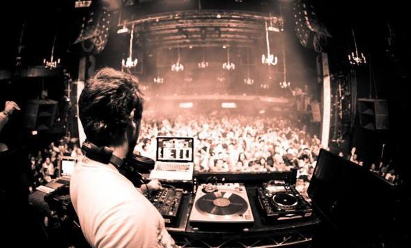Figure DJ